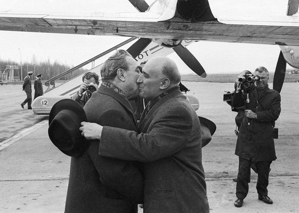 СССР башчысы Болгариянын өкмөттүк-партиялык жетекчиси  Тодор  Живков менен өбүшүп учурашууда