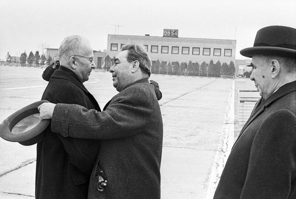 Брежнев Чехословакия  компартиясынын Борбордук Комитетинин биринчи катчысы  Густав  Гусакты Внуково  аэропортунан тосуп алууда