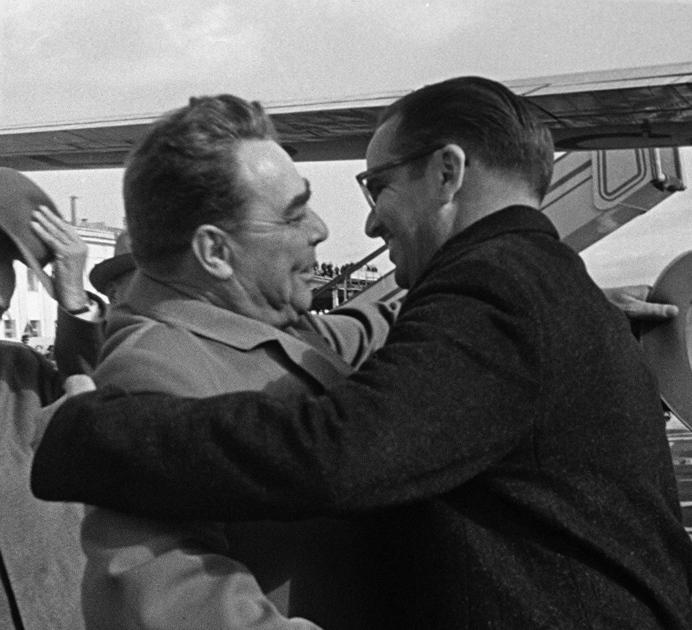 Советтик лидер Куба Республикасынын лидери  Освальдо Дортикос Торрадону тосуп алганда көрүшүп жаткан учуру