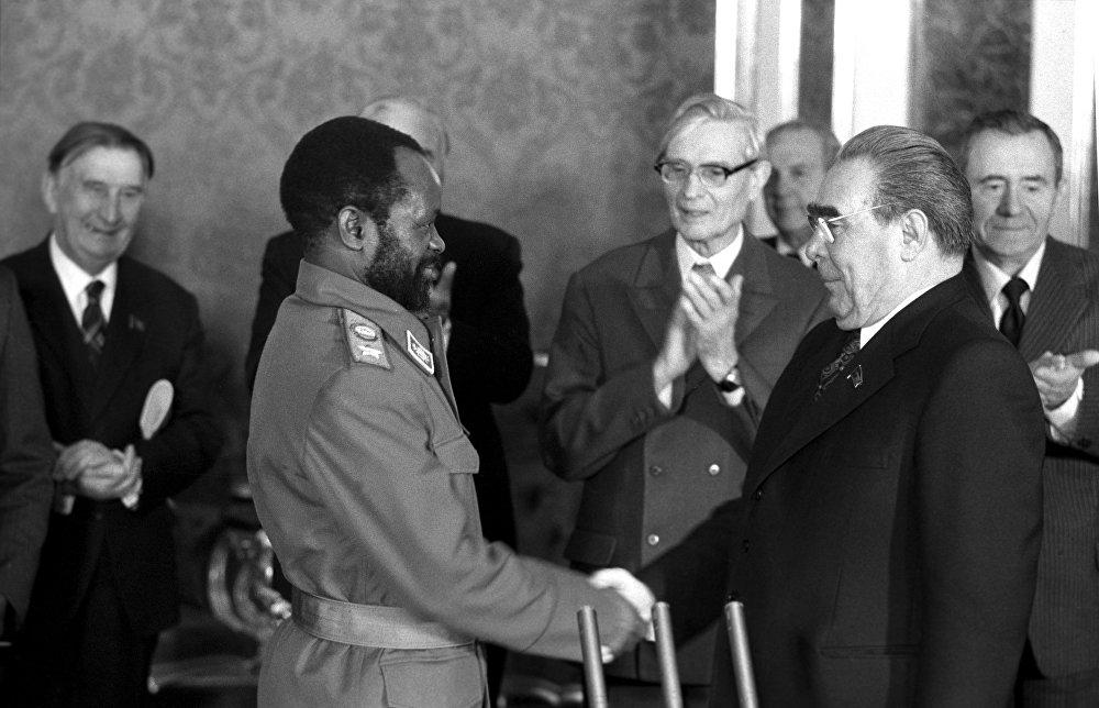 Леонид Брежнев Мозамбик президенти Самора  Мойзес Машелди Кремлдеги сыйлыгынан кийин куттуктап жатканы