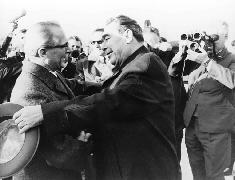 Леонид Ильич Брежнев Германиянын Социалисттик бирдиктүү  партиясынын  биринчи катчысы Эрих Хоннекер менен Берлинде  жолугууда