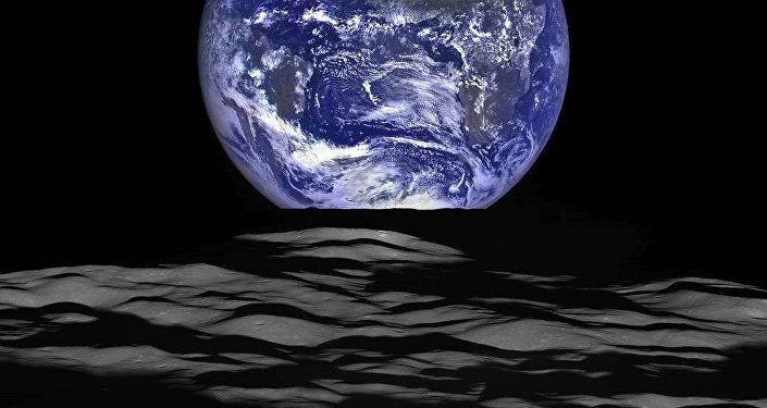 Снимок Земли на фоне лунного горизонта.