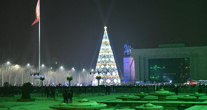 Установка новогодней красавицы началась в прошлую субботу 12 декабря, высота дерева 25 метров