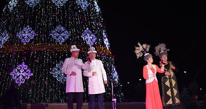 На церемонии зажжения огней, присутствовали и горожане — более тысячи человек