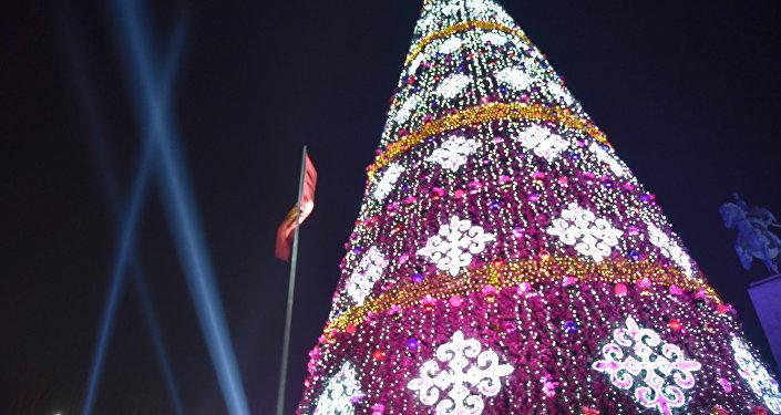 В субботу прошла церемония зажжения огней на гланой елке страны, установленной на площади Ала-Тоо