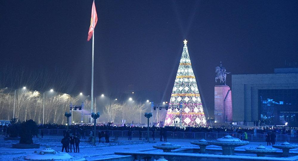 Новогодняя елка на площади Ала-тоо.