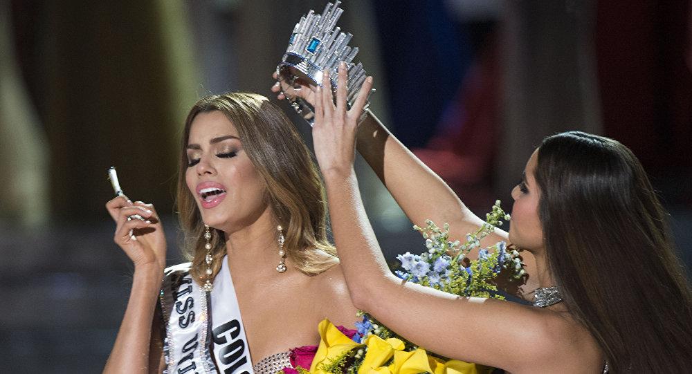 У вице-мисс Колумбии Ариадна Гутиере (Ariadna Gutierrez) снимают корону Мисс Вселенная–2015. Архивное фото