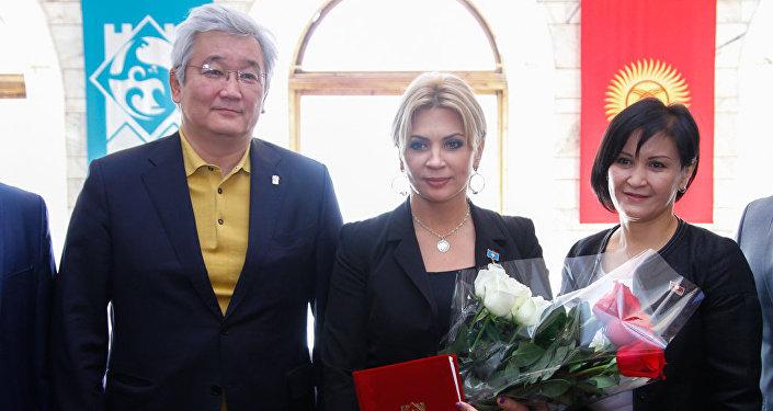 Солистка группы Город 312 Светлана Назаренко и Мэр Кубанычбек Кулматов.