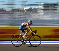 Велосипедист во время марафона. Архивное фото