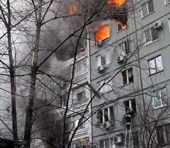 Работа пожарных и спасателей на месте взрыва газа в жилом доме в Волгограде