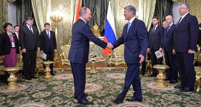 Президент России Владимир Путин и президент Кыргызстана Алмазбек Атамбаев. Архивное фото
