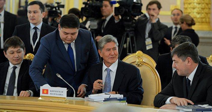 Президент Кыргызской Республики Алмазбек Атамбаев во время участия в заседании глав государств-участников Высшего Евразийского Экономического Совета в расширенном составе.