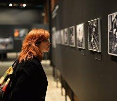 Посетительница на фотовыставке. Архивное фото