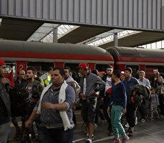 Темир жол вокзалындагы мигранттар. Архив