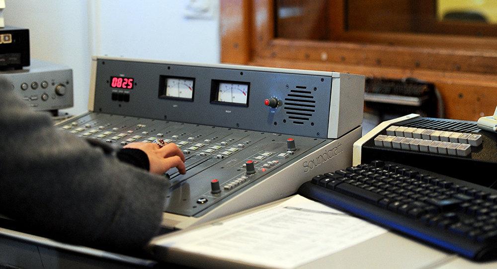 Звукорежиссер радио настраивает аппаратуру. Архивное фото