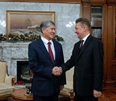 Алмазбек Атамбаев Газпром компаниясынын башкармалыгынын төрагасы Алексей Миллер менен жолугушуусу учурунда.