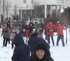 Бишкектеги жогорку окуу жайлардын студенттери кар менен чабышып көңүл
