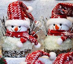 Елочные игрушки на рождественской ярмарке. Архивное фото