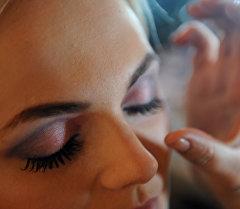 Нанесение макияжа. Архивное фото