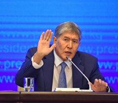 Алмазбек Атамбаев жыл жыйынтыгын чыгаруучу маалымат жыйында.