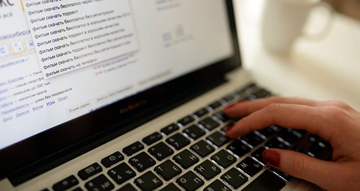 Ноутбукта интернетте отурган колдонуучу. Архивдик сүрөт