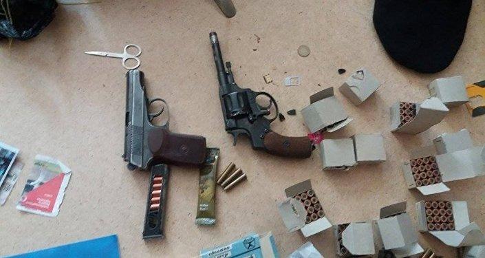 Жалал-Абад шаарында терроризмге шектелип куралданган төрт жаран кармалганын аталган шаардын ИИБ билдирди.