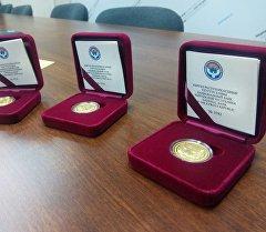 Национальный банк КР презентовал золотую монету Снежный барс