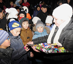 Свердлов районунун акимиаты балдар үчүн асман алдында өткөрүлгөн жаңы жылдык оюн-зоок.