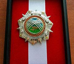 Аңчылык чарбасынын кызматкери Александр Барыкинге берилген орден.