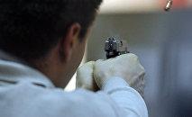 Мужчина стреляет из пистолета. Архивное фото