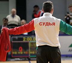 Судья во время соревнований по борьбе алыш. Архивное фото