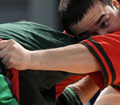 Спортсмены во время борьбы алыш. Архивное фото