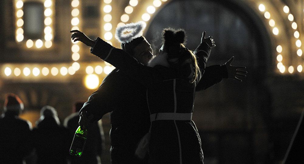 Молодая пара целуется перед празднованием Нового года. Архивное фото