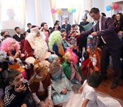 Исхак Раззаковдун мемориалдык үй-музейинде кароого муктаж жана жетим балдар үчүн Жаңы жылдык балаты уюштурулду.