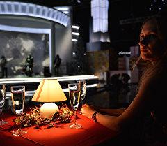 Женщина за столом. Архивное фото