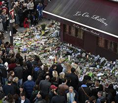Люди оставляют цветы у ресторана Le carillon, где был теракт. Архивное фото