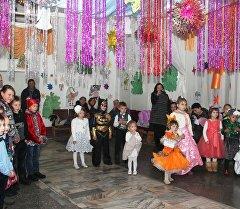 Дети на сцене на новогоднем утреннике в городе Ош.