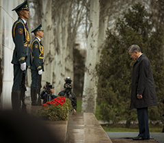 Президент Алмазбек Атамбаев на митинге-реквиеме в память о погибших в апрельских событиях. Архивное фото
