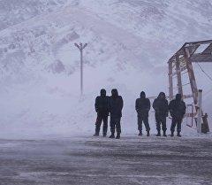 Сотрудники ДПС на перевале Тоо-Ашуу. Архивное фото