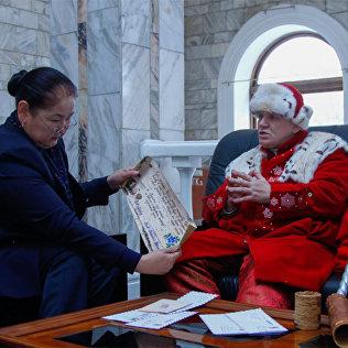 Посол Деда Мороза из Великого Устюга вручает поздравительное письмо.