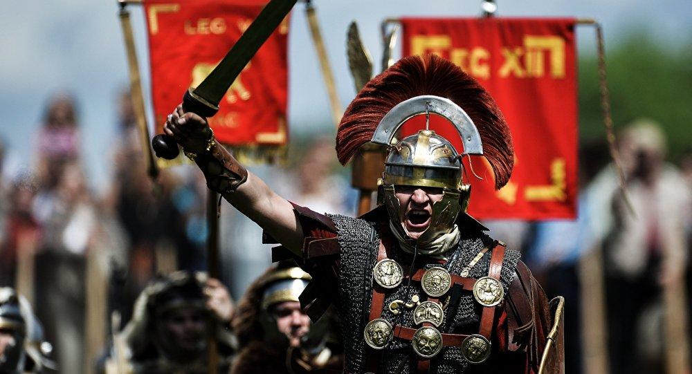 Участник реконструкции битвы легионеров на историческом фестивале. Архивное