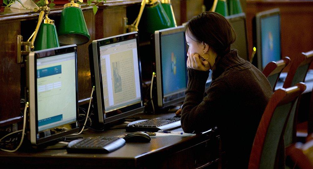 Девушка за компьютером. Архивное фото