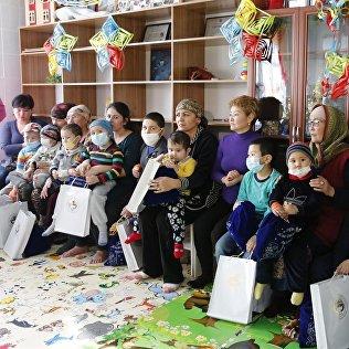 Дети из детского отделения Национального центра онкологии с подарками от президента.