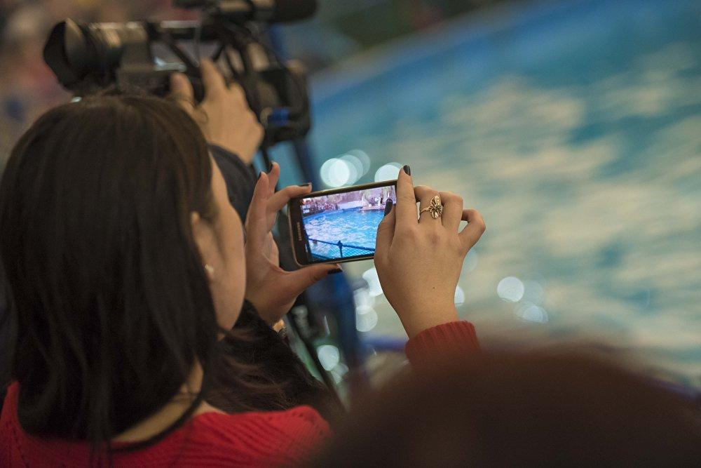 Многие зрители записывали видео и делали селфи