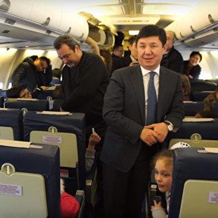 В самолете Сариев поблагодарил детей  за концерт. Дети кричали с Новым годом