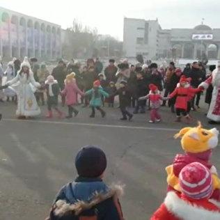 C утра Дед мороз и снегурочка проводят На площади Ала-Тоо новогодние