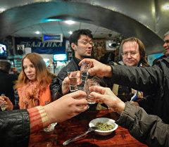 Компания выпивает спиртное. Архивное фото