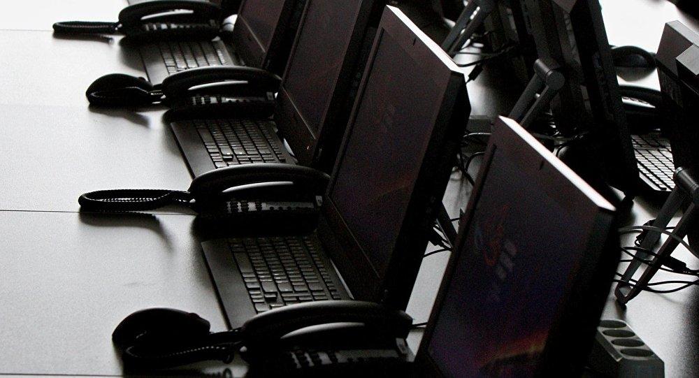 Компьютеры на столе. Архивное фото