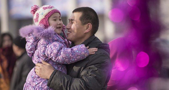 Бишкектеги атасы кызы менен. Архив