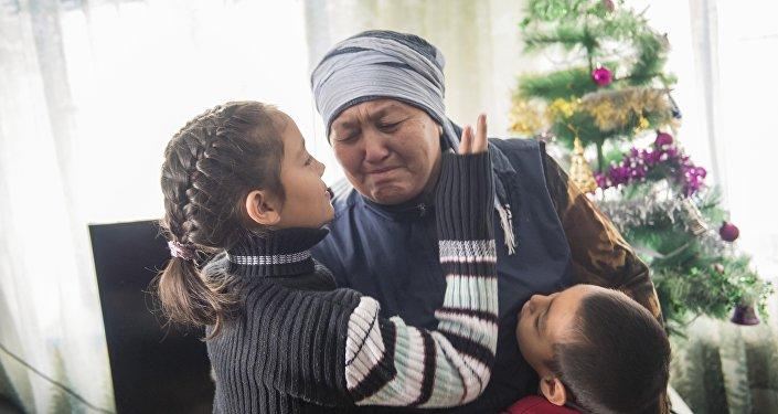 Карачач Касымова одна из последних кондукторов в республике, воспитывающей семерых внуков, получившие подарки на Новый год.